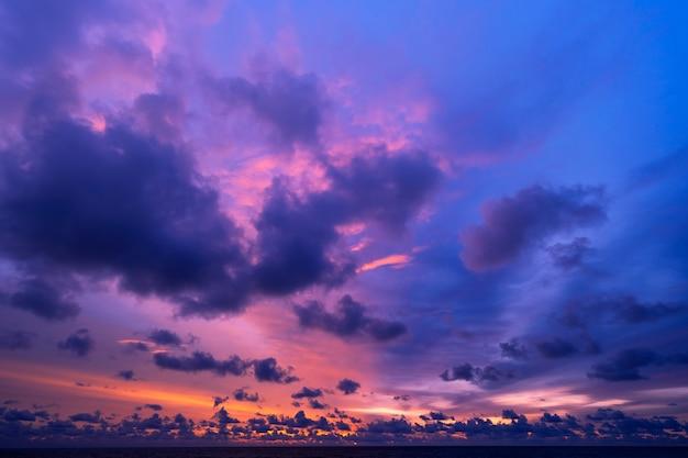 극적인 하늘 일몰 또는 일출과 함께 바다 위로 일몰 구름이 있는 놀라운 바다 경치 아름다운 자연