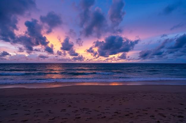 劇的な空の夕日や日の出と海に沈む夕日の雲と素晴らしい海の風景美しい自然のミニマリストの背景とテクスチャパノラマ自然ビュー風景暗い雲。