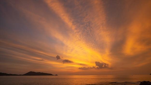 劇的な空の夕日または日の出と海に沈む夕日の雲と素晴らしい海の風景美しい自然のミニマリストの背景とテクスチャパノラマの自然の景色の風景劇的な明るい空と雲。