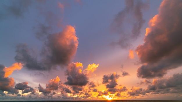 극적인 하늘 일몰 또는 일출 바다 위에 일몰 구름과 함께 놀라운 바다 아름 다운 자연 최소한의 배경 및 질감 파노라마 자연 보기 풍경입니다.