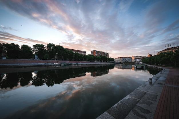 오래된 도시 건물과 반사 강의 놀라운 샷