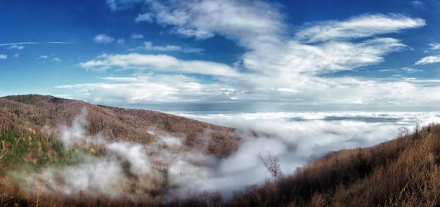 푹신한 구름으로 덮인 크로아티아 자그레브의 메드베드니차 산의 놀라운 사진