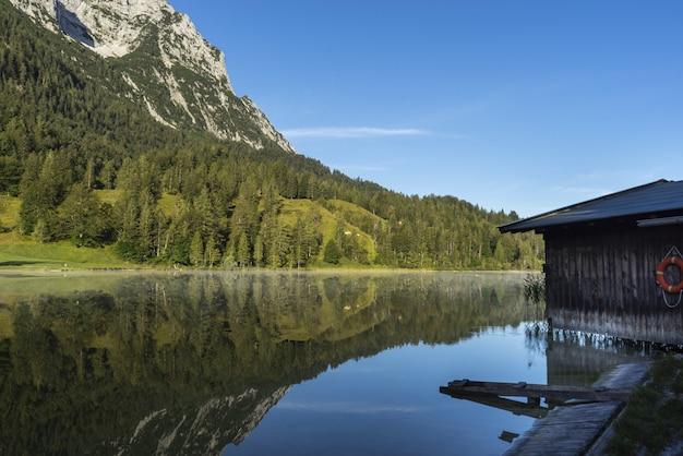 Incredibile scatto di una casa in legno nel lago ferchensee in baviera, germania