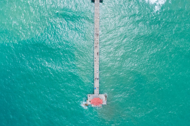 여름 바다에 놀라운 작은 다리 높은 각도 보기 화창한 날에 아름 다운 바다 표면 아름 다운 바다 자연 풍경입니다.