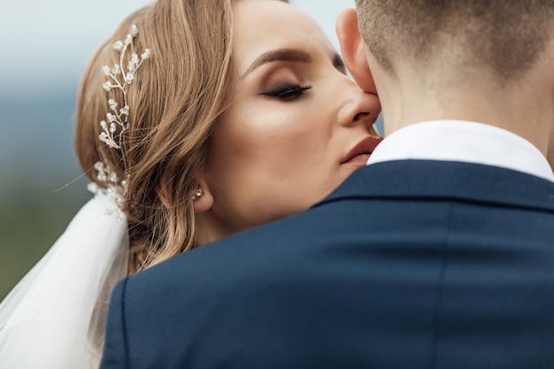素晴らしい笑顔の結婚式のカップル。かなりの花嫁とスタイリッシュな新郎。