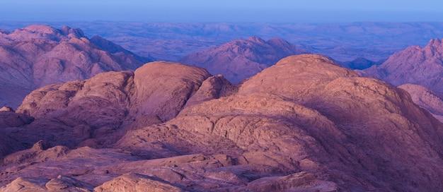 Удивительный восход солнца на горе синай, прекрасный рассвет в египте, прекрасный вид с горы