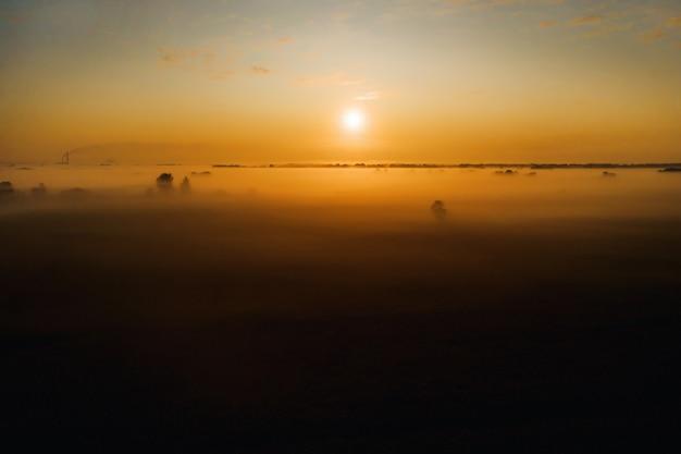 Удивительный восход солнца в сельской местности над полем подсолнухов