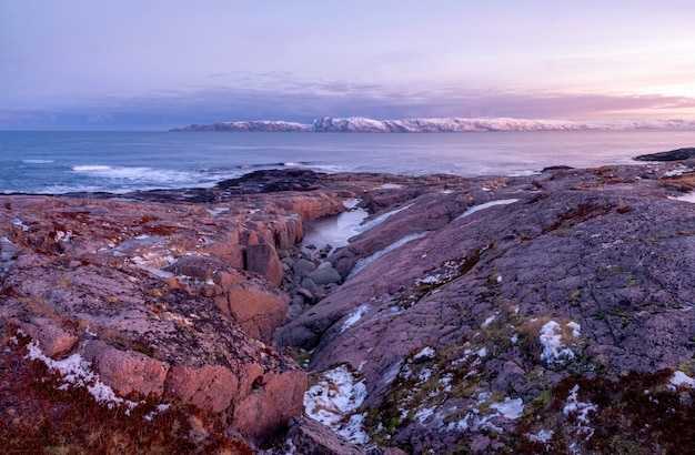 極地の白い雪に覆われた山脈のある素晴らしい日の出の風景