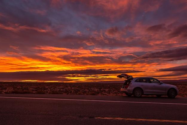 모뉴먼트 밸리, 애리조나, 미국 근처의 핑크, 골드 및 마젠타 색상으로 놀라운 일출.