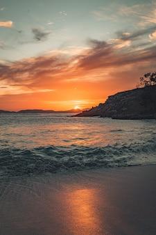 해변에서 놀라운 일몰