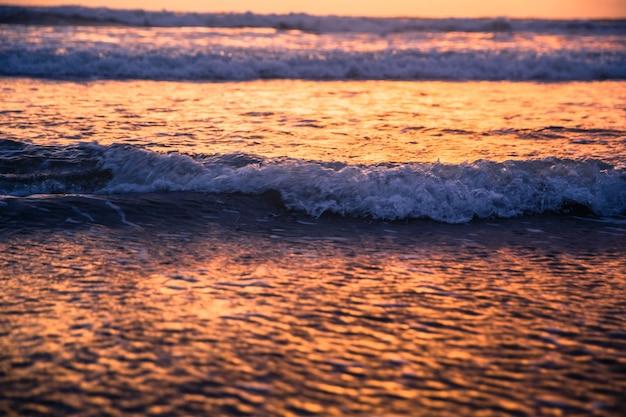 オーシャンベイの素晴らしい夕日。水の背景を妨害します。
