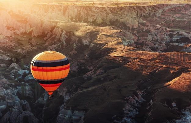 Удивительный закат над каппадокией. красивые цветные шары. индейка