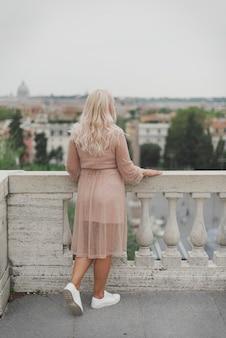 Удивительная туристическая женщина гуляет по улицам рима
