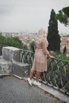ローマの通りを歩いて素晴らしい観光ウォマ