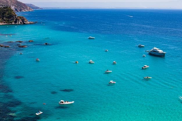 イタリア南部、カラブリア州、カーポヴァチカーノ岬のビーチの素晴らしい熱帯のパノラマビュー。