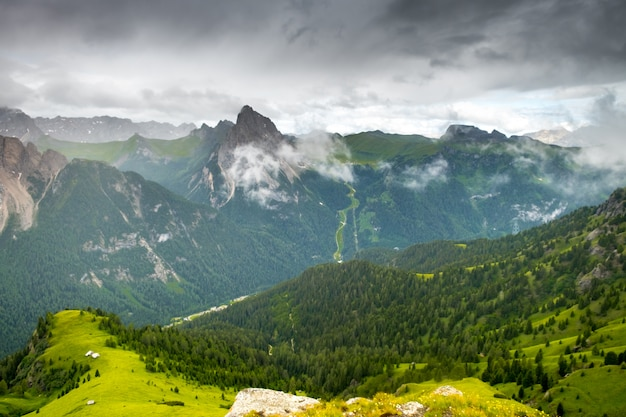 Удивительный вид утром в итальянских доломитах
