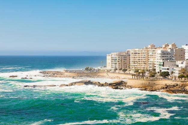 Incredibile vista delle bellissime immagini dell'oceano atlantico dalla città di cape in sud africa