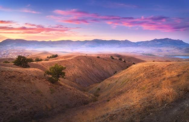 山の谷の丘からのすばらしい眺め