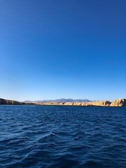 素晴らしい景色の地平線エジプト。パノラマは海岸から遠く離れた青い海面を見下ろします。バックグラウンド
