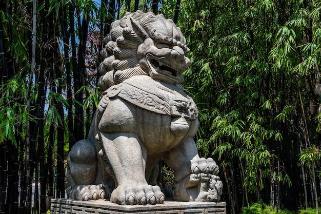 Удивительный вид на каменную скульптуру большого льва, расположенную в садах у залива в сингапуре.