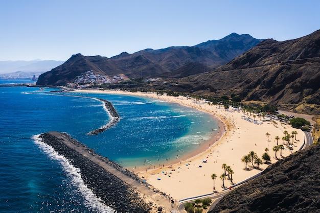黄色い砂のビーチラステレシタスの素晴らしい景色。場所:カナリア諸島、テネリフェ島、サンタクルスデテネリフェ。芸術的な写真。美容の世界。