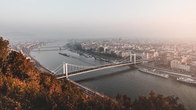 Удивительный вид на реку дунай со знаменитыми мостами в осеннее утро в будапеште, венгрия