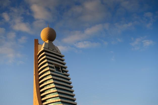 エティサラットタワーの素晴らしい景色ドバイのメトロシェイクザイードロードビジネス超高層ビルからの眺め