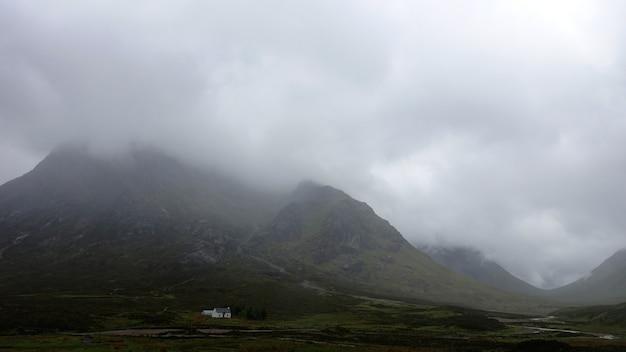 霧の日にグレンコーキンロックリーバン英国の素晴らしい景色