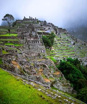 배경에 안개로 덮인 장엄한 마추픽추 사원 풍경의 놀라운 전망