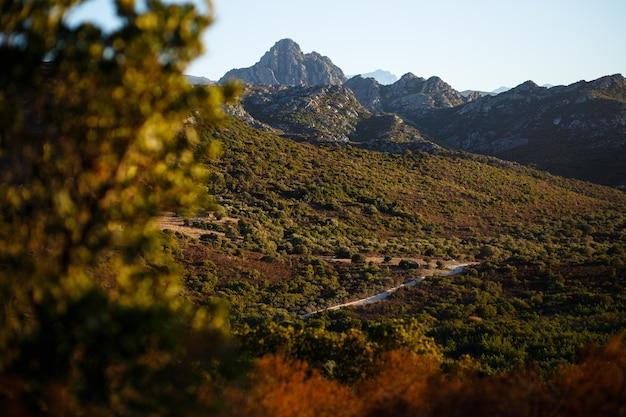 Удивительный вид на горы острова корсика, франция. горизонтальный вид.