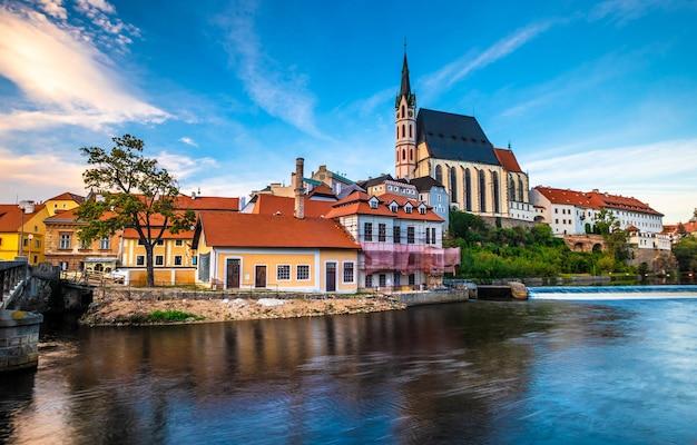 エキサイティングなチェスキークルムロフの街並みの前の川の素晴らしい景色