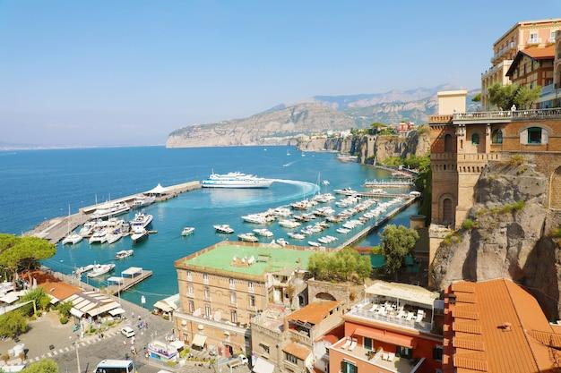 イタリア、地中海のソレントの町の素晴らしい景色