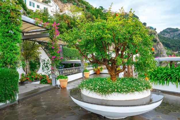 ホテル、アマルフィ海岸、イタリアのテラスにあるカラフルな庭園の素晴らしい景色