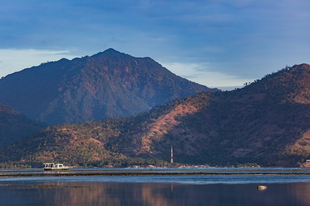 Удивительный вид на остров во время восхода солнца.