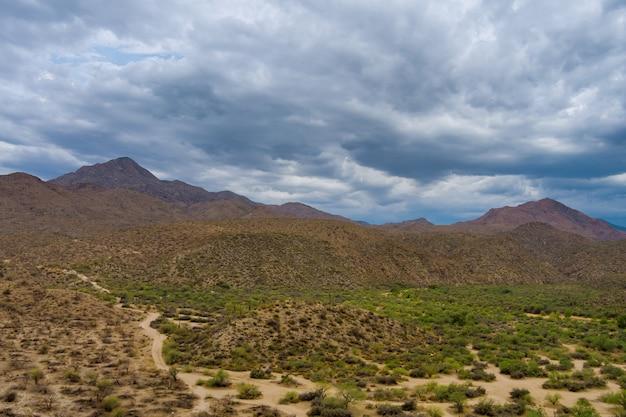 애리조나 사막 지역의 바위 언덕의 놀라운 전망
