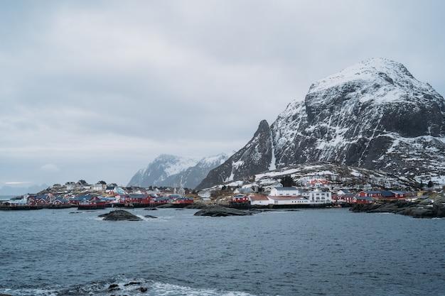 ノルウェーのレーヌ山脈の雪景色の素晴らしい景色