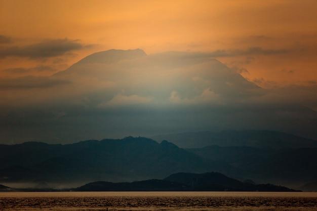 Удивительный вид на вулкан