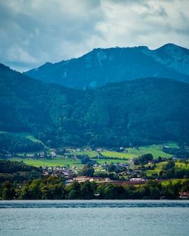 Удивительный вид на широкое озеро траунзее и австрийские горы в гмундене.