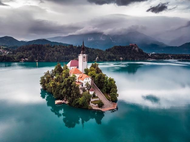 ブレッド湖、島、教会、山脈のある城の素晴らしい景色