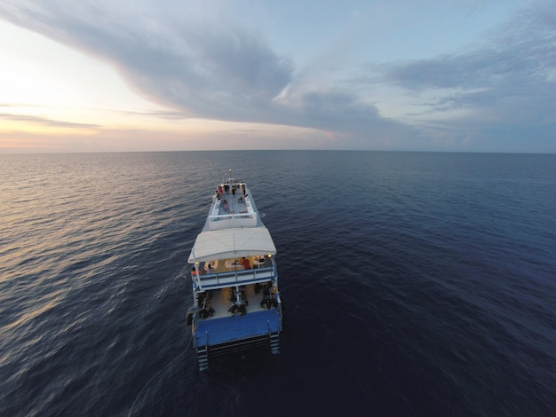 Удивительный вид на круизный корабль, плавающий в открытом море в ветреный день