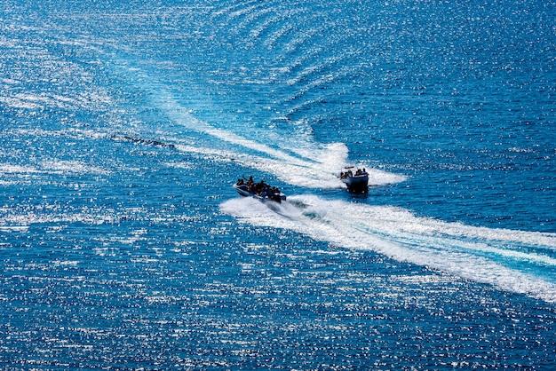 2つのヨットまたはボートと澄んだ紺碧の海の夏の楽園の素晴らしい景色。スペースをコピーします。