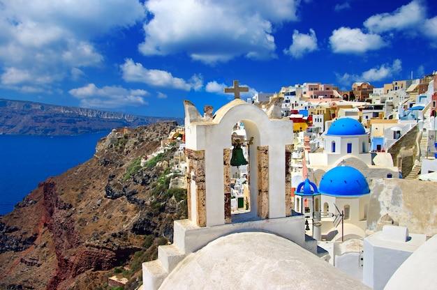 Прекрасные виды на санторини. мос красивый остров в европе. традиционные церкви и кальдера. греция путешествия