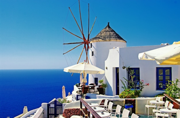 Прекрасные виды на санторини. самый красивый остров в европе. традиционные ветряные мельницы в деревне ия. греция путешествия