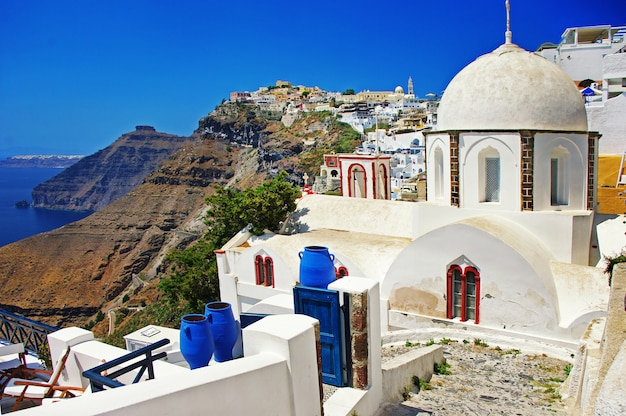 Прекрасные виды на санторини. традиционные церкви и кальдера. греция путешествия