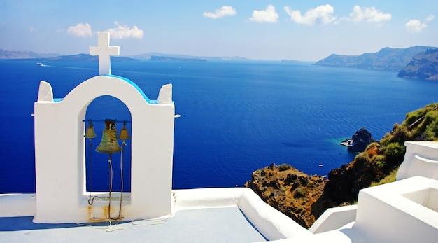 Прекрасные виды на санторини. традиционные церкви и море. греция путешествия