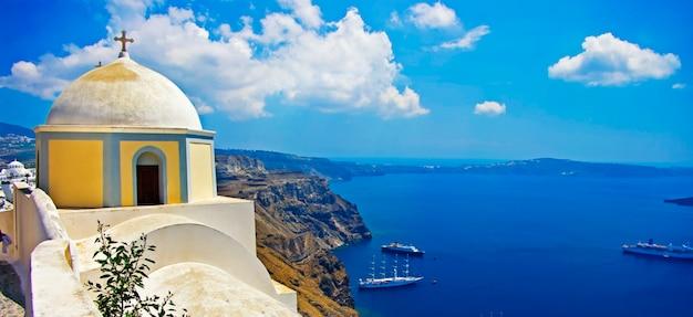 Прекрасные виды на санторини. традиционные церкви и море с круизными лайнерами. греция путешествия