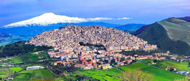 Удивительная деревня ганги с вулканом этна позади. остров сицилия, италия