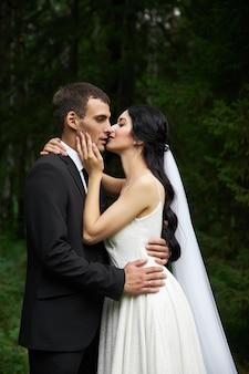놀라운 결혼식 사랑에 빠진 커플, 예쁜 신부와 결혼식 후 세련된 신랑
