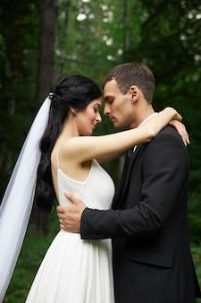 結婚式の後の愛のカップル、かわいい花嫁とスタイリッシュな新郎の素晴らしい結婚式