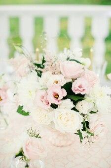 木製のテーブルに花が付いた素晴らしい結婚式のテーブルの装飾